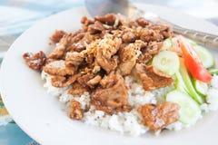 Gebratener Knoblauchschweinefleischaufschlag mit weißem Reis Stockfotografie