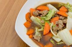 Gebratener Kopfsalat mit zerkleinern Schweinefleisch und Karotte Stockbilder
