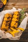 Gebratener Mais auf dem Grill Lügen auf Papier mit Thymian stockfotografie