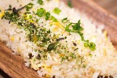 Gebratener Reis auf der hölzernen Platte Stockfoto