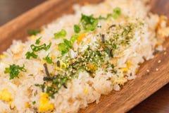 Gebratener Reis auf der hölzernen Platte Stockbild