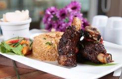 Gebratener Reis der populären indonesischen Küche Stockfotos