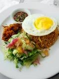 Gebratener Reis des Asiaten u. frischer Salat Stockbild