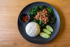Gebratener Reis des Basilikums mit konserviertem Ei Stockfotos