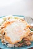 Gebratener Reis des Basilikums mit Schweinefleisch und Spiegelei Lizenzfreie Stockfotos