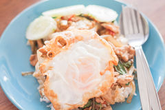 Gebratener Reis des Basilikums mit Schweinefleisch und Spiegelei Lizenzfreies Stockfoto