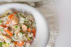 Gebratener Reis des Chinesen, mit Eiern, Gemüse und Gewürz auf weißem Vorsprung Lizenzfreies Stockbild