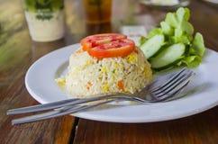 Gebratener Reis des selbst gemachten Chinesen mit dem Gemüse, Huhn und Spiegeleiern gedient auf einer Platte mit Essstäbchen (sel Lizenzfreies Stockfoto