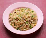 Gebratener Reis. eine Reihe von neun asiatischen Lebensmitteltellern. Stockbild