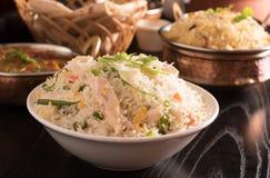 Gebratener Reis in einer weißen Schüssel Lizenzfreies Stockfoto
