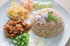 Gebratener Reis gemischt mit Garnelenpaste Stockbilder