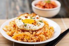 Gebratener Reis Kimchi mit Spiegelei auf die Oberseite lizenzfreie stockbilder