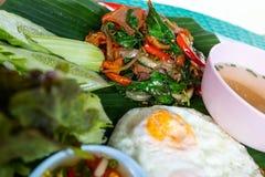Gebratener Reis mit Basilikum in einem Behälter stockbild