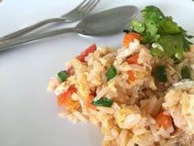 Gebratener Reis mit Gabel und Löffel auf dem weißen Teller Lizenzfreie Stockfotos