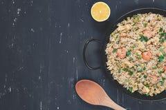Gebratener Reis mit Garnele auf dem dunklen Hintergrund Lizenzfreies Stockbild