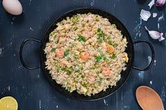 Gebratener Reis mit Garnele auf dem dunklen Hintergrund Stockfotos