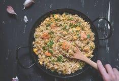 Gebratener Reis mit Garnele auf dem dunklen Hintergrund Lizenzfreies Stockfoto