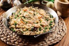 Gebratener Reis mit Garnele und Gemüse auf einer Bratpfanne Lizenzfreies Stockfoto