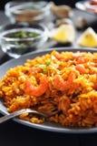 gebratener Reis mit Garnelen, Zitrone und Gemüse auf grauem Plattenabschluß oben stockbilder