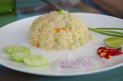 Gebratener Reis mit gesalzenen Fischen. Stockbilder