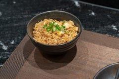Gebratener Reis mit Knoblauch und Butter und dem Toping mit geschnittenem grünem O Stockbilder