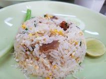 Gebratener Reis mit knusperigem Schweinefleisch stockfotografie