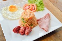 Gebratener Reis mit Mischgemüse und Acajounüssen, Aufschlag mit Schinken Lizenzfreie Stockbilder