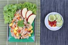 Gebratener Reis mit Mischgemüse und Beilage im Gemüsefestival des Chinesen Stockfotos