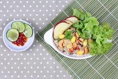 Gebratener Reis mit Mischgemüse und Beilage im Gemüsefestival des Chinesen Stockfoto