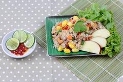 Gebratener Reis mit Mischgemüse und Beilage Weicher Fokus Lizenzfreie Stockfotos