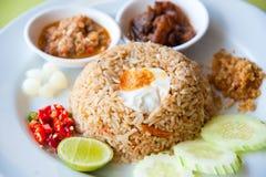 Gebratener Reis mit Paprikabad, Schweinefleisch und Salz egg Stockfotos