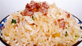 gebratener Reis mit Rindfleisch auf einer Schüssel dreht sich und pausiert Abschluss oben stock video