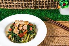 Gebratener Reis mit Schweinefleisch, knusperige Winde lizenzfreie stockbilder