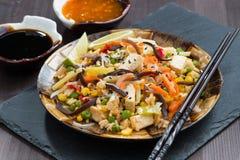 Gebratener Reis mit Tofu, Gemüse und Soßen, Nahaufnahme Lizenzfreie Stockfotos
