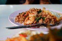 Gebratener Reis mit würzigem Schweinefleisch und Garnele Stockbild