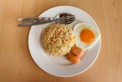 Gebratener Reis und Ei stockfotos