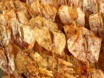 Gebratener salziger Kalmar auf Steuerknüppeln lizenzfreie stockfotos