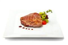 Gebratener Schweinefleischhals mit Kopfsalat- und Kirschtomaten Stockfotos