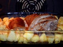 Gebratener Schweinefleischknöchel mit Kartoffeln Lizenzfreies Stockbild