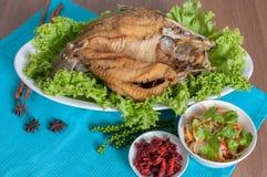Gebratener Seebarsch überstieg mit wohlschmeckendem Fischsaucemenü Lizenzfreies Stockbild