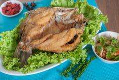 Gebratener Seebarsch überstieg mit wohlschmeckendem Fischsaucemenü Lizenzfreie Stockfotografie