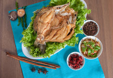 Gebratener Seebarsch überstieg mit wohlschmeckendem Fischsaucemenü Stockbild