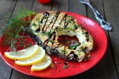 Gebratener Seefisch mit Soße stockfotos
