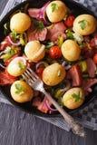 Gebratener Speck mit Kartoffeln auf einer Plattennahaufnahme Vertikale Draufsicht Lizenzfreies Stockbild