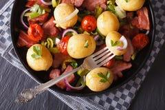 Gebratener Speck mit Kartoffelnahaufnahme horizontale Draufsicht Lizenzfreie Stockfotografie