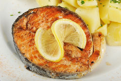 Gebratener Thunfisch mit gekochten Kartoffeln Stockfotos