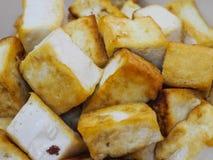 Gebratener Tofu in einer Schüssel, geschlossene hohe Ansicht Lizenzfreie Stockbilder