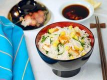 Gebratener Tofu mit Reis und Mais lizenzfreie stockbilder