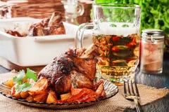 Gebratener Truthahnknöchel mit Kartoffeln und Gemüse Lizenzfreies Stockfoto