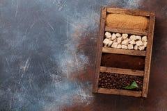 Gebratener und gemahlener Kaffee, brauner Zucker Lizenzfreie Stockfotografie